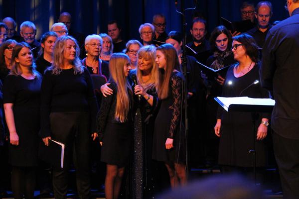 6bd102c9 Hanne fikk hjelp av to unge jenter i Kimenkoret under «Sonjas sang til  julestjernen»